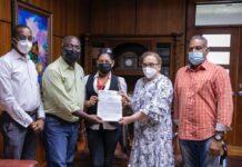 Germán Brito recibe comunitarios de Haina que reclaman cumplimiento de sentencia sobre una recicladora de baterías